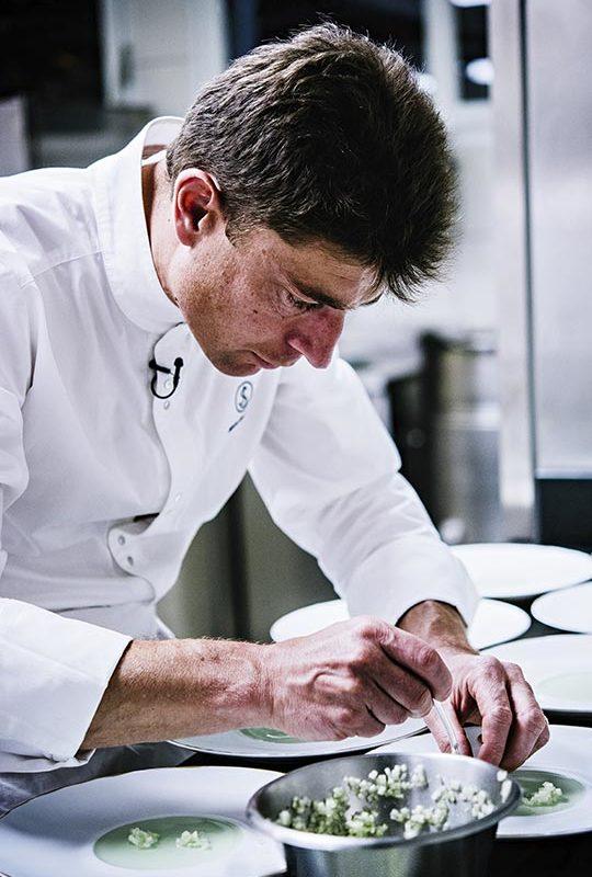 Jean Sulpice, chef 2 étoiles au Guide Michelin, dans sa cuisine
